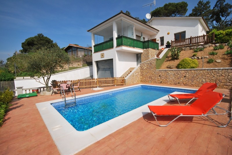 Sunbathing at the edge of your private swimming pool in - Villa stanley piscina ...